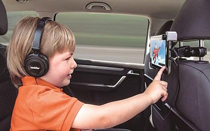niño viendo DVD PORTATIL