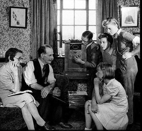 Familia escuchando la radio